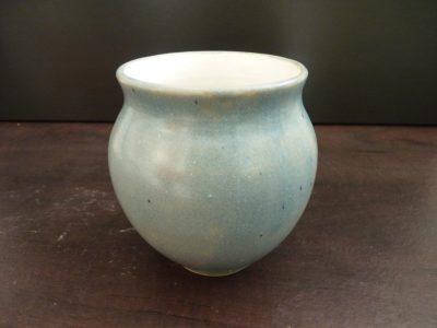 vase émaillé bleu clair intérieur blanc