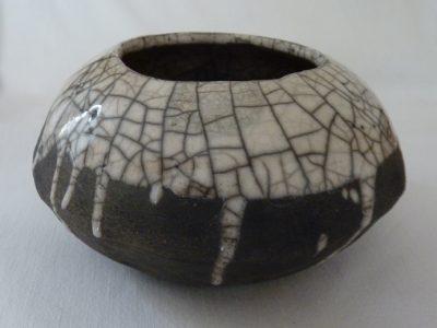 petit vase en raku mi enfumé mi émail transparent